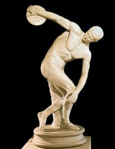 De discuswerper van Myron werd origineel in brons gegoten rond 460 vChr. Wij kennen hem echter veelal als marmeren kopie uit de Romeinse tijd zoals deze uit de villa van keizer Hadrianus.
